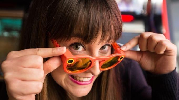 Snap公司以130 美元推出能拍攝全景影片的智慧眼鏡 Spectacles,功能單一,只有一個按鍵,按下後就可錄影。