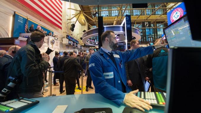 上周美股暴跌、美債殖利率激增,而最讓基金經理避之唯恐不及的還是債券。(圖:AFP)