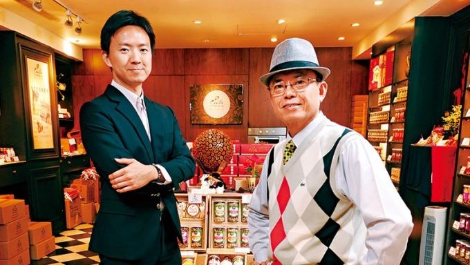 拍照当天,今今食品董座徐宽生(图右)在大儿子徐晋堂(图左)主导的坚果专卖店中,向我们介绍无尘室低温烘焙的核桃,是曾让附近金融业主管过年一买就是60公斤的明星产品。(摄影者.程思迪)