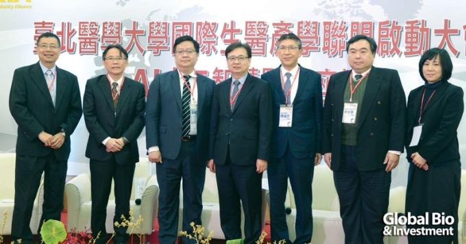 台北医学大学校长林建煌(左四)与AI智慧医疗领域专家们在论坛前合影。