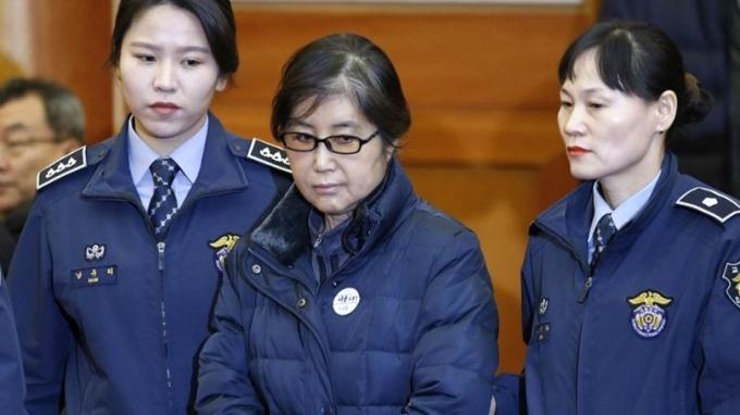 朴槿惠閨密崔順實干政和濫案一審判處20年監禁,罰款180億韓元。 (圖:AFP)