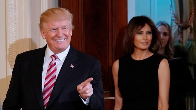 據傳美國總統川普曾背著現任妻子梅蘭妮亞(右),「偷吃」成人片女星Stephanie Clifford。(圖:AFP)