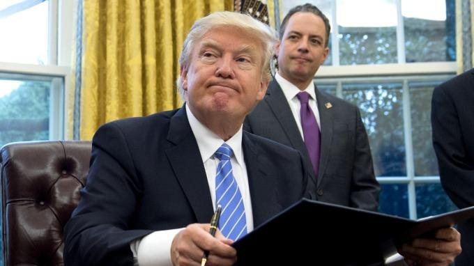 川普上任後很快宣布退出TPP(圖:AFP)