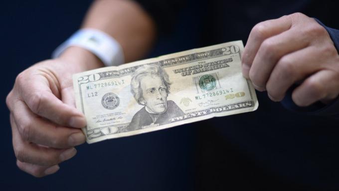 聯準會升息次數未定,美元隨之震盪。(圖:AFP)