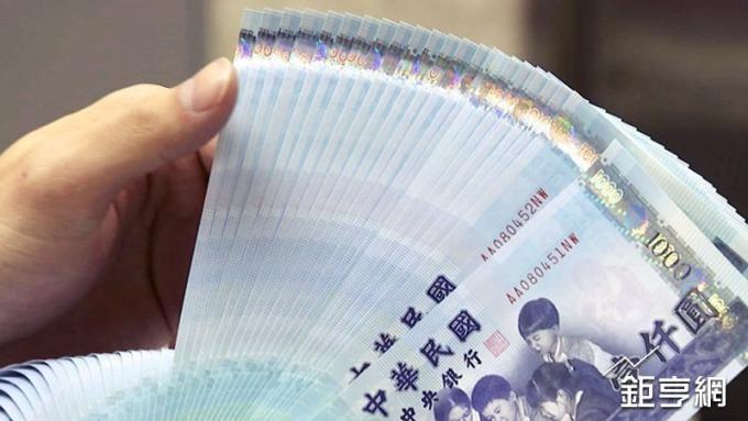 新台幣元月續升2.34%,壽險業淨匯損257億元。(鉅亨網資料照)