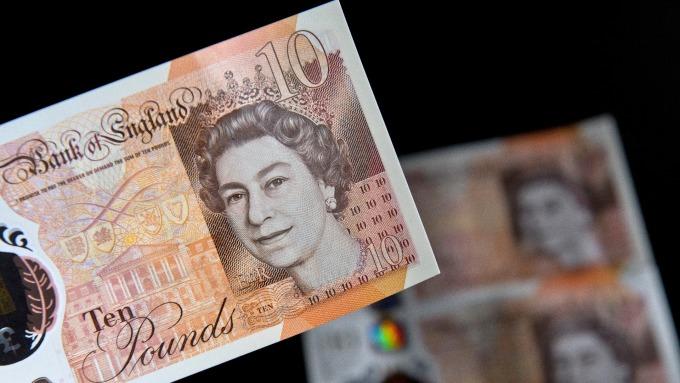 在英國首相梅伊發出英國脫歐的積極信號後,英鎊匯率走高。(圖:AFP)
