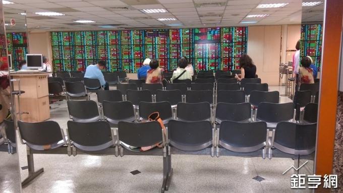 三大法人賣超2.69億元 外資大砍台灣50反1 金融又成災區
