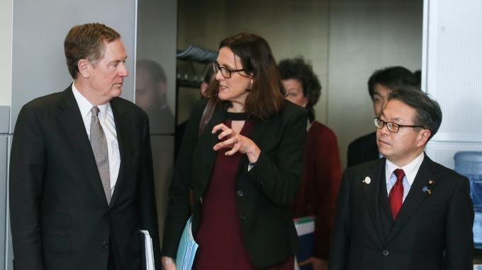 日本經濟產業大臣世耕弘成(右)、歐盟貿易專員Cecilia Malmstrom(中)與美國貿易代表Robert Lighthizer(圖:AFP)