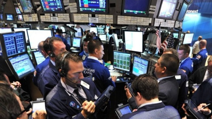 美股在2月初暴跌,拖累全球股市一起遭殃。 (圖:AFP)