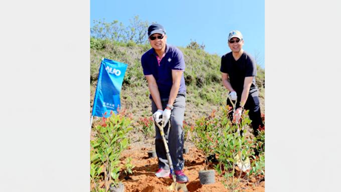 友達董事長彭双浪(左)總經理蔡國新帶領員工種樹。(圖:友達提供)