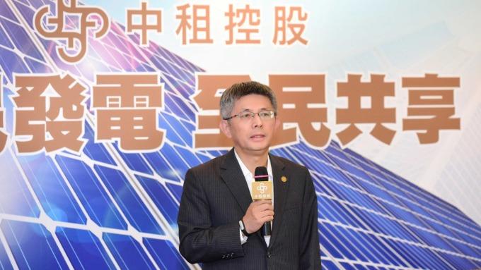 中租發展太陽能產業,圖左為中租控股董事長陳鳳龍。(圖:中租提供)