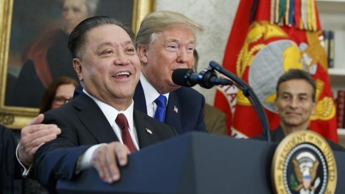 博通執行長陳福英(左)去年宣布將把總部搬至美國,當時與川普熱絡互動。