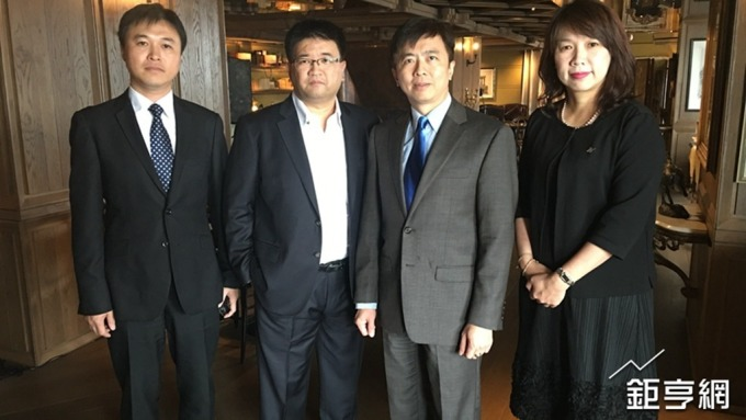 雲品經營團隊,右二為董事長盛治仁。(鉅亨網資料照)