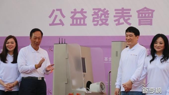 鴻海董事長郭台銘(左二)與統一集團董事長羅智先(右二)。(鉅亨網記者李宜儒攝)