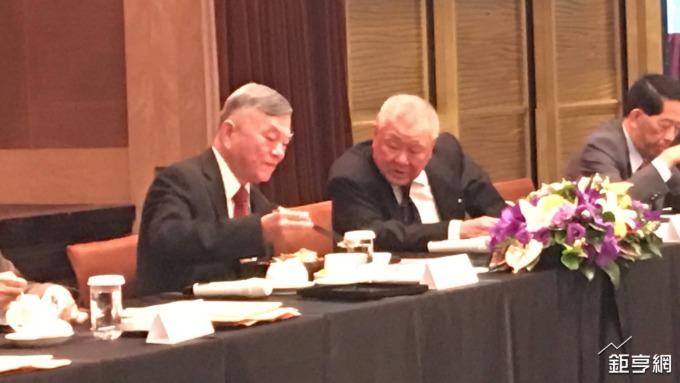 左起為經濟部長沈榮津、工商協進會理事長林伯豐。(鉅亨網記者林薏茹攝)