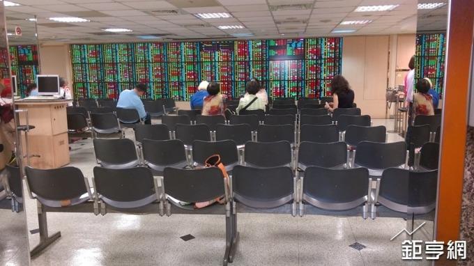 三大法人賣超92億元,外資期現貨同步轉空卻賣超台灣50反1。(鉅亨網資料照)