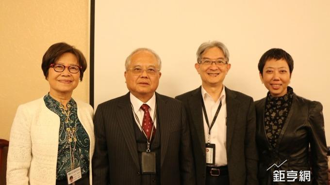 友華集團董事長蔡正弘(左二)。(鉅亨網記者李宜儒攝)