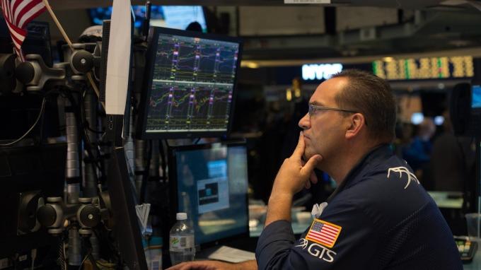 市場擔心貿易戰 美股下挫 道瓊指數跌300。(afp)