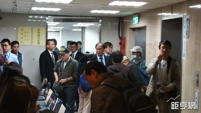 〈鴻海FII說明會〉小股東怒 僅限有登記者入場
