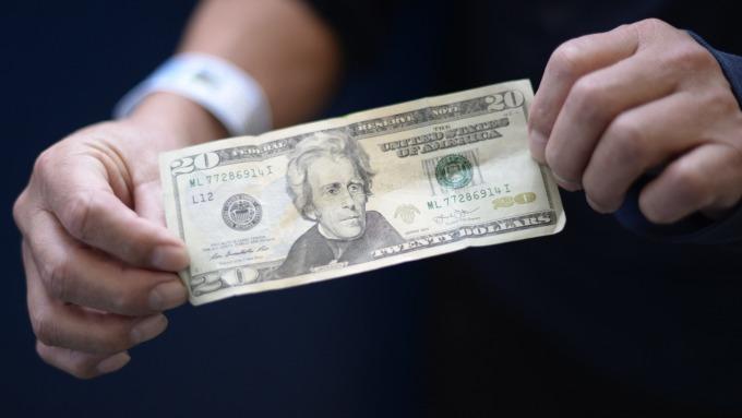 貿易戰疑慮和白宮人事震盪,恐使美元走貶。(圖:AFP)