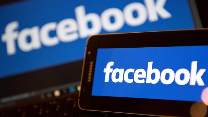 臉書陷個資外洩風暴,股價重挫。(圖:AFP)