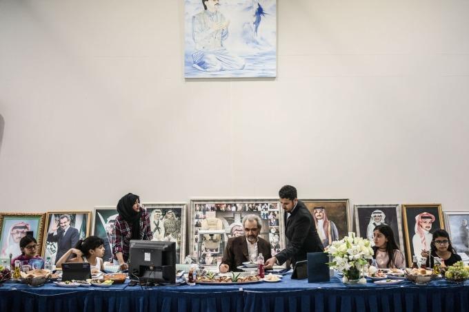 bin Talal 與家人用餐 / 圖:彭博