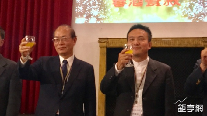 中石化董事長林克銘(左)、總經理余建松(右)。(鉅亨網記者林薏茹攝)