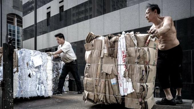 近10年來,中國平均每年進口固體廢物規模超過5億噸,為世界上最大的固體廢物進口國之一。 (圖:AFP)