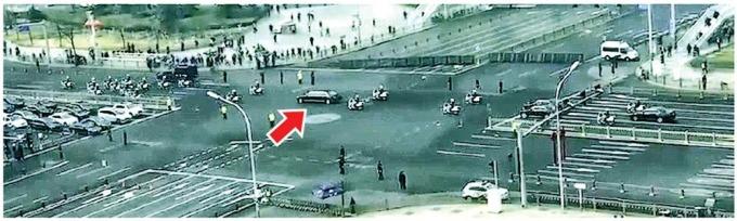 朝鮮神秘官員的車隊(箭嘴示)經過長安街,迎賓護送規格被指屬於元首級。 (圖取材自網路)