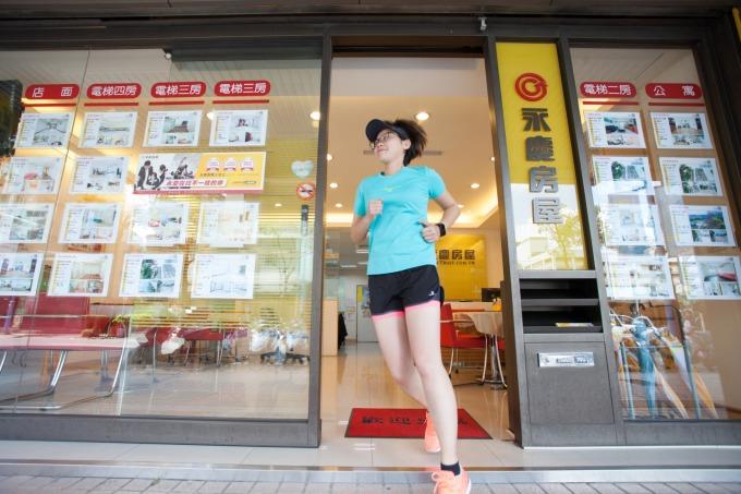 為了鍛鍊體力,女鐵人陳姵君店長善用「彈性工作 8 小時」制度,早點下班練習跑步。