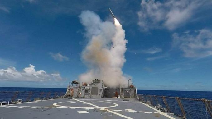 一年前,川普在敘利亞沙林毒氣後,對敘利亞發射59枚「戰斧」導彈。 (圖:AFP)