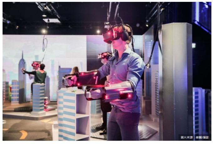 5G的大頻寬、高速率、低延遲通訊特性,將解決VR裝置帶給使用者的不適感。在擺脫硬體限制後,應用內容會更多元,不僅改變娛樂視聽體驗,也許還會改變人們的互動方式。