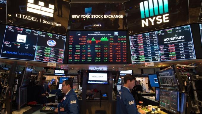 圖:AFP  美國股市週五收低 銀行股下跌