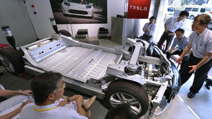 特斯拉電池總監Kurt Kelty(右) 2012年在日本東京介紹Model S的高階電池。(圖:AFP)