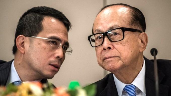 李嘉誠(右)及李澤鉅(左)連續4天掃進長實股份。 (圖:AFP)