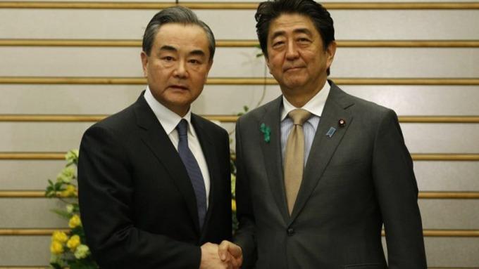 安倍晉三在東京會見王毅。 (圖:AFP)