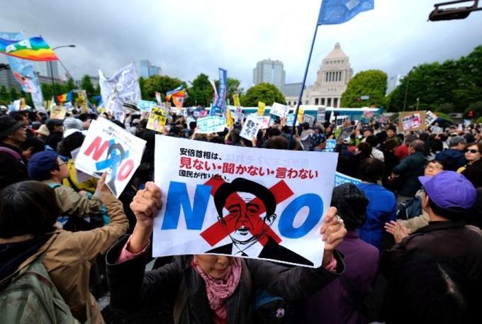 上周六(14日),千計示威者到國會前要求安倍下台。 (圖:AFP)