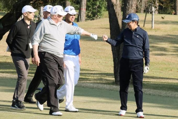 2017年11月5日,安倍跟川普打了一場高爾夫球外交。 (圖:AFP)