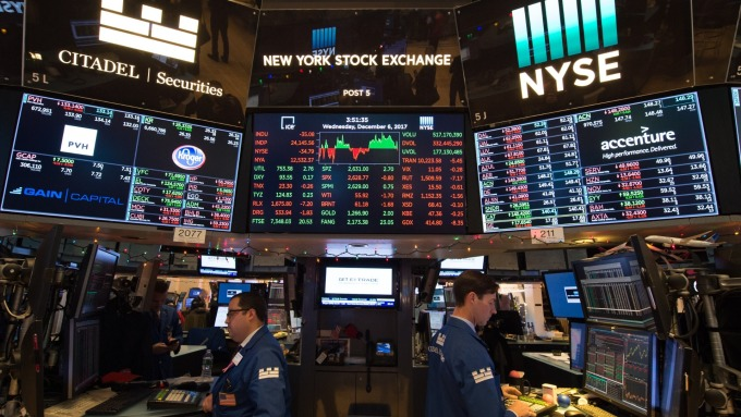 圖:AFP  美國股市中場大幅上揚