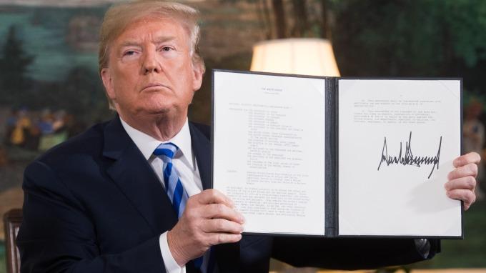 在宣布美國退出伊朗核協後,川普簽署制裁伊朗的文件(2018年5月8日,圖:AFP)