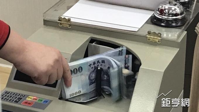美元回升,新台幣轉貶站回29.8元。(鉅亨網資料照)