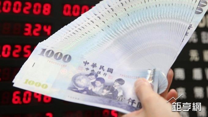 新台幣今(15)日貶1.06角收29.848元,貶破29.8元關卡。(鉅亨網資料照)