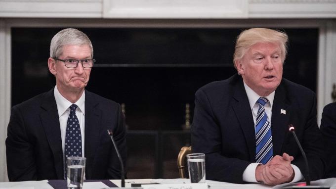 庫克(左)與川普(圖:AFP)