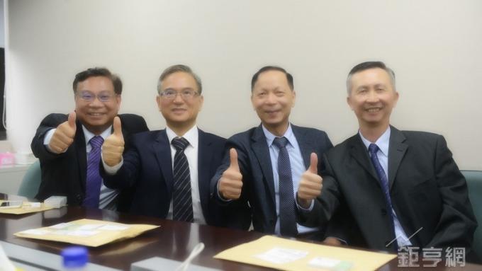 群翊經營團隊,左起董事長陳安順、總經理李榮坤、副總余添和、副總賴文章。(鉅亨網記者張欽發攝)