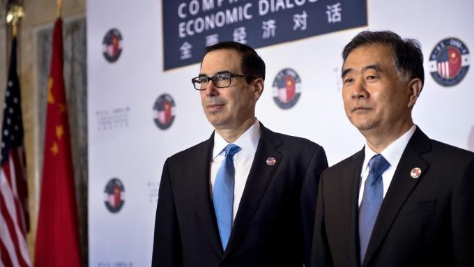美國財長梅努欽(左)與中國談判代表汪洋(圖:AFP)