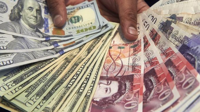 圖:AFP  英鎊週二走強 美元則回檔