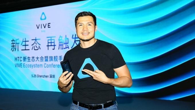 宏達電中國區總經理汪叢青展示手機與Vive結合新應用。(圖:宏達電提供)