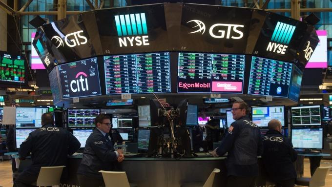 圖:AFP  美國股市週五中場漲跌互見
