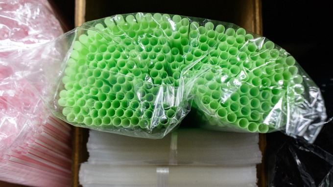 歐盟委員會提案禁用一次性塑膠製品,吸管首當其衝。      (圖:AFP)