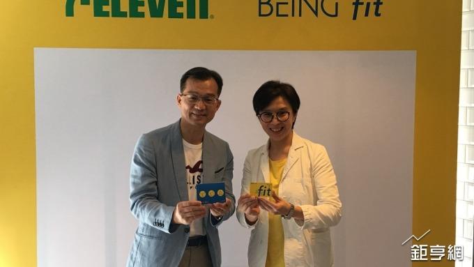 統一超營運群協理林啟昌(左)與統一佳佳總經理陳姵蓉(右)。(鉅亨網記者王莞甯攝)